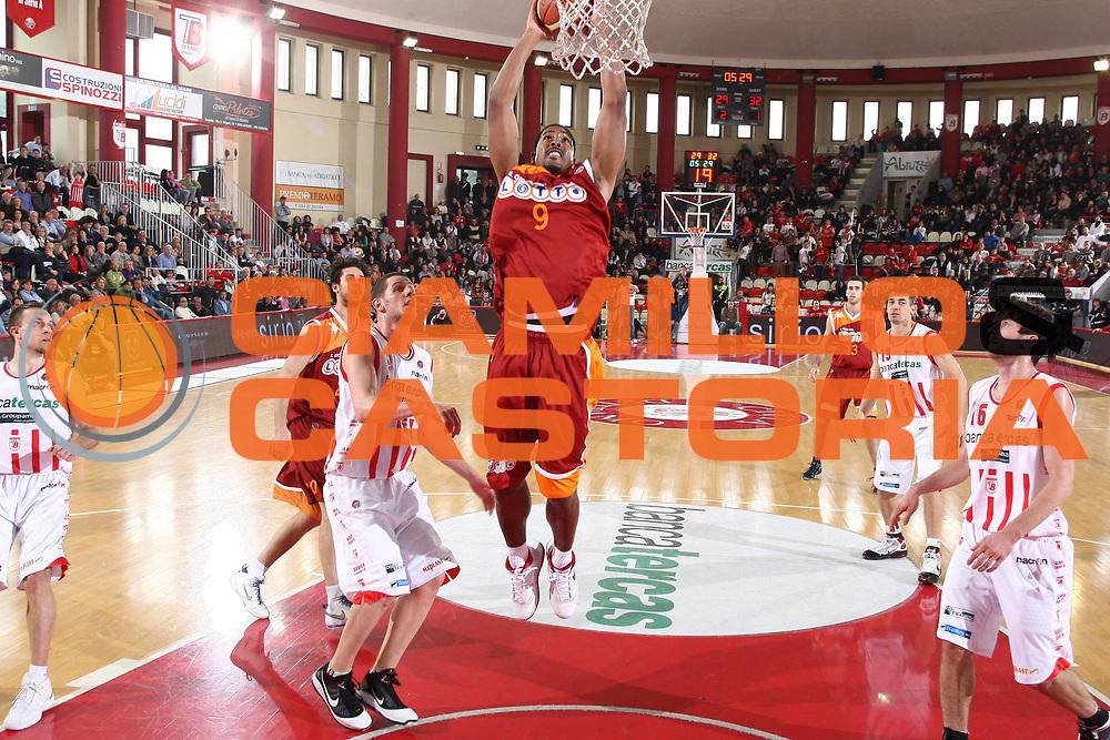 DESCRIZIONE : Teramo Lega A 2009-10 Bancatercas Teramo Lottomatica Virtus Roma<br /> GIOCATORE : Andre Hutson<br /> SQUADRA : Lottomatica Virtus Roma<br /> EVENTO : Campionato Lega A 2009-2010 <br /> GARA : Bancatercas Teramo Lottomatica Virtus Roma<br /> DATA : 11/04/2010<br /> CATEGORIA : tiro penetrazione schiacciata<br /> SPORT : Pallacanestro <br /> AUTORE : Agenzia Ciamillo-Castoria/C.De Massis<br /> Galleria : Lega Basket A 2009-2010 <br /> Fotonotizia : Teramo Lega A 2009-10 Bancatercas Teramo Lottomatica Virtus Roma<br /> Predefinita :