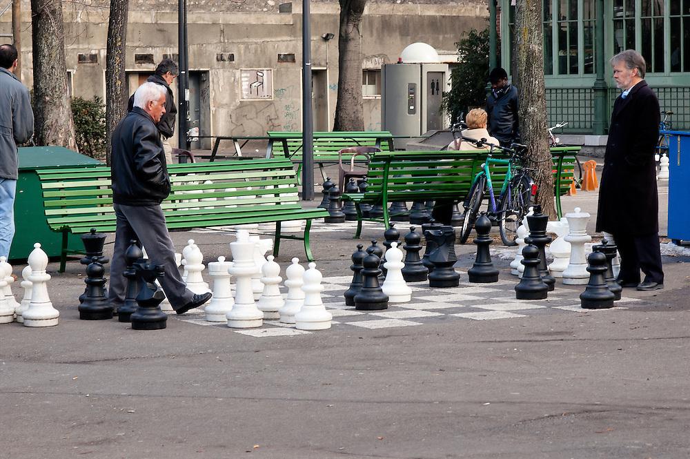 Giant chess game in the park of Bastions in Geneva. Jeu d'échec géant au parc des Bastions à Genève.