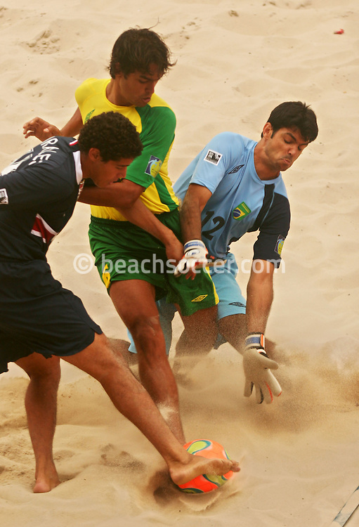 Football - FIFA Beach Soccer World Cup 2006 - Group A - BRA X USA - Rio de Janeiro - Brazil 07/11/2006<br />Yuri Morales -USA fights for the ball with Bruno and Pierre (GK)- Brazil  -l during the match   Event Title Board Mandatory Credit: FIFA / Ricardo Moraes