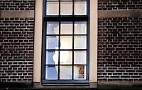 Nederland. Den Haag, 19 februari 2010.<br /> 17:45 uur, Wouter Bos en Bert Koenders tijdens bilateraal overleg van de PvdA, in een gang nabij de Treveszaal.<br /> Premier Balkenende gaat het ontslag van zijn vierde kabinet indienen bij koningin Beatrix. Na een keiharde confrontatie in de ministerraad over de militaire missie in Uruzgan bleek rond vier uur 's nachts nog maar één conclusie mogelijk: aftreden. kabinetscrisis; val kabinet; Balkenende Vier; vierde kabinet Balkenende; politiek, pvda, partij van de arbeid<br /> Foto Martijn Beekman