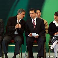 Valle de Bravo, Méx.- Enrique Peña Nieto, gobernador del Estado de México, acompañado de Claudio X. González Guajardo, presidente del patronato UNETE A.C. entregaron 14 aulas de Medios al mismo número de escuelas de los municipios de Valle de Bravo y Amanalco de Becerra. Agencia MVT / José Hernández. (DIGITAL)<br /> <br /> NO ARCHIVAR - NO ARCHIVE