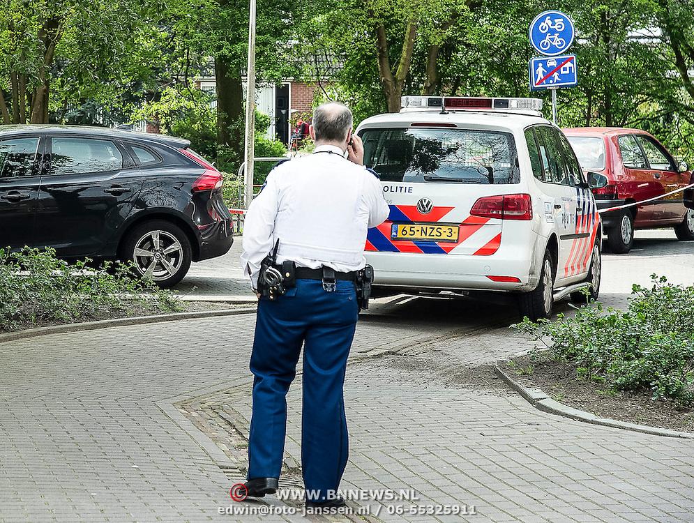 Amsterdam, 12-04-2014. Bij een schietpartij in Amsterdam-Oost zijn zaterdagmiddag twee gewonden gevallen. Eén van de gewonden werd aangetroffen op de Molukkenstraat, de ander in een auto aan de Tapijtschelp in Diemen. <br /> Een van de slachtoffers werd aangetroffen in de Molukkenstraat. Het gaat om een 37-jarige man die gewond is geraakt in buik en been. Het schietincident heeft volgens de politie echter niet op die plek plaatsgevonden. Een bloedspoor leidde naar een woning in de Bataviastraat. In die woning trof men bloedsporen en ook een hennepplantage aan. Het slachtoffer is naar het ziekenhuis gebracht. <br /> Op de Tapijtschelp in Diemen kon de politie een man aanhouden die betrokken zou zijn geweest bij de schietpartij. Ook hij had een schotwond in zijn been. Agenten hebben bij de arrestatie een waarschuwingsschot gelost. Beide mannen zijn op dit moment voor de politie zowel verdachte als slachtoffer. De technische recherche doet onderzoek naar de schietpartij.