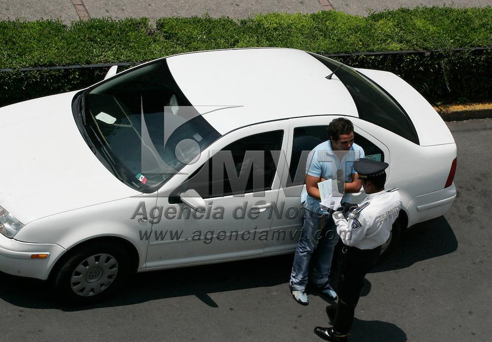 Toluca, Mex.- Aspecto de un policia de transito mutlando a un joven por estacionarse en lugares prohibidos. Agencia MVT / Javier Rodriguez. (DIGITAL)<br /> <br /> <br /> <br /> <br /> <br /> <br /> <br /> NO ARCHIVAR - NO ARCHIVE