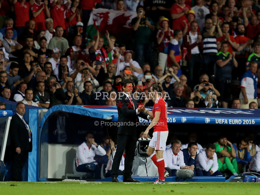 TOULOUSE, FRANCE - Monday, June 20, 2016: Wales' Gareth Bale shakes hands with manager Chris Coleman as he is substituted during the 3-0 victory over Russia during the final Group B UEFA Euro 2016 Championship match at Stadium de Toulouse. (Pic by David Rawcliffe/Propaganda)