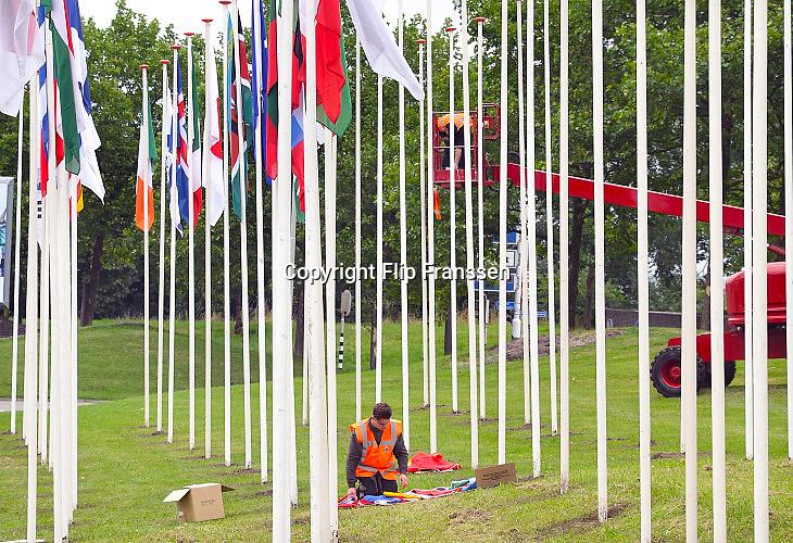 Nederland, Nijmegen, 14-7-2017 De voorbereidingen voor de komende 101e vierdaagse en bijhorende zomerfeesten zijn in volle gang. De vlaggen van ruim 70 landen waar deelnemers vandaan komen worden opgehangen bij het Trajanusplein . Zaterdag gaan de zomerfeesten in de stad van start en vanaf dinsdag de lopers aan de vierdaagse Foto: Flip Franssen