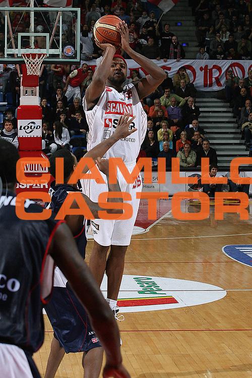 DESCRIZIONE : Pesaro Lega A1 2007-08 Scavolini Spar Pesaro Angelico Biella<br /> GIOCATORE : Ronald Slay<br /> SQUADRA : Scavolini Spar Pesaro<br /> EVENTO : Campionato Lega A1 2007-2008 <br /> GARA : Scavolini Spar Pesaro Angelico Biella<br /> DATA : 03/02/2008<br /> CATEGORIA : Tiro<br /> SPORT : Pallacanestro <br /> AUTORE : Agenzia Ciamillo-Castoria/M.Marchi