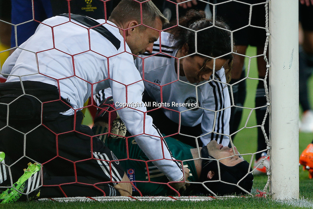 22.04.2014. Madrid, Spain. UEFA Champions League semi-final.  Atletico de Madrid versus Chelsea C.F. at Vicente Calderon stadium. Keeper Petr Cech of Chelsea is injured and down in the penalty box