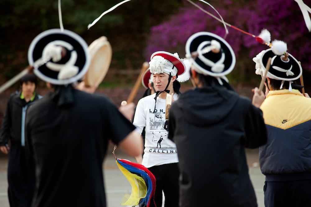 Studenten der Chung-Ang Universitaet in Anseong - ung. 80 Km von Seoul gelegen -  proben auf dem Campus einen traditionllen koreanischen Tanz. <br /> <br /> Students of the Chung-Ang University - located in Anseong about 80 Km from Seoul - are rehearsing a traditional Korean dance on campus.