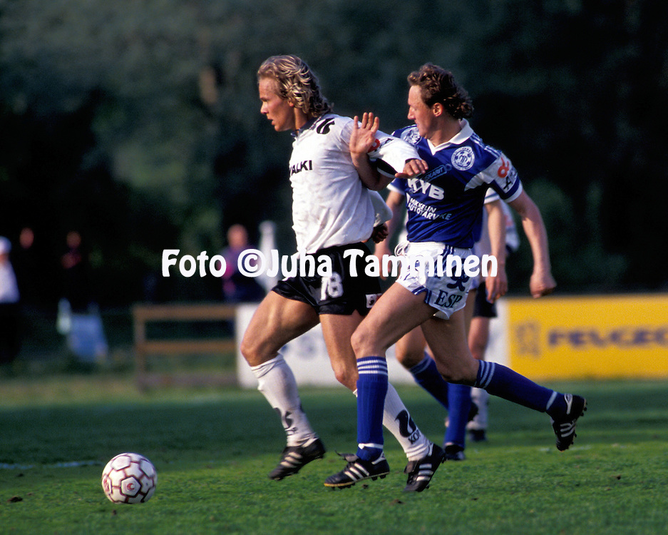 12.06.1991, Valkeakoski.Veikkausliiga, FC Haka v Mikkelin Palloilijat.Janne Suokonautio (Haka) v Antti Ronkainen (MP).©JUHA TAMMINEN