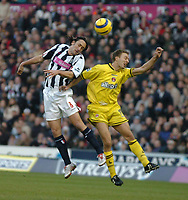 Fotball<br /> Premier League England 2004/2005<br /> Foto: SBI/Digitalsport<br /> NORWAY ONLY<br /> <br /> West Bromwich Albion v Charlton Athletic<br /> Barclays Premiership. 11/12/2004.<br /> <br /> West Brom's Jonathan Greening (L) fights an aerial battle for possession with Dennis Rommedahl