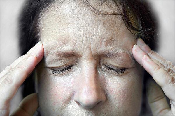 Nederland, Ubbergen, 28-8-2010Een vrouw heeft hoofdpijn.Foto: Flip Franssen