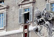 Città del Vaticano 24  Febbraio 2013.L'ultimo  Angelus  di Papa Benedetto XVI..Papa Benedetto XVI saluta i fedeli.Vatican City,  February 24, 2013.The last Angelus of Pope Benedict XVI..Pope Benedict XVI greets the faithful.