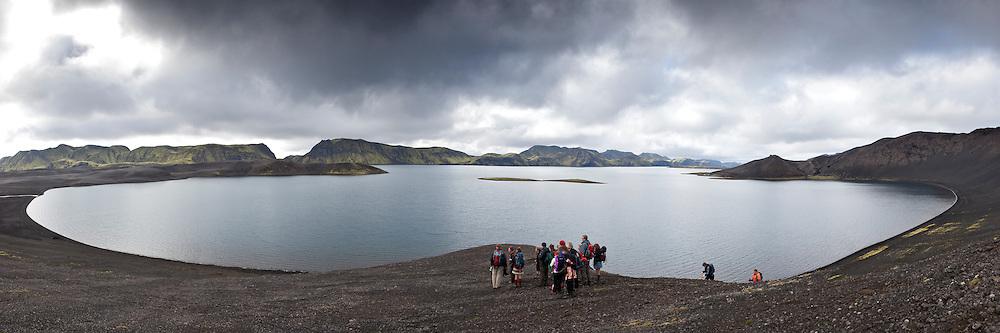Göngufólk við norðurenda Langasjós. Hikers by lake Langisjor.