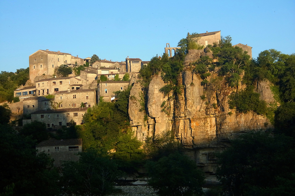 EN&gt; View of the town of Balazuc and its cliff rising from the Ardeche river |<br />