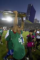 BILDET INNGÅR IKKE I FASTAVTALENE PÅ NETT MEN MÅ KJØPES SEPARAT.<br /> <br /> Fotball<br /> CONCAF Gold Cup 2011<br /> Foto: imago/Digitalsport<br /> NORWAY ONLY<br /> <br /> 26.06.2011 <br /> Mexico s player Carlos Salcido celebrate his team s victory with the trophy, after the CONCACAF Gold Cup soccer final against the United States, at the Rose Bowl, in Pasadena, California, United States, on June 25, 2011. Mexico defeated the US by 4-2 to claim the title