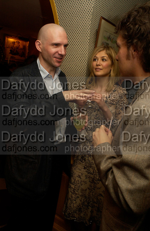 Ralph Fiennes and Rosamund Pike. Artists Independent Networks  Pre-BAFTA Party at Annabel's co hosted by Charles Finch and Chanel. Berkeley Sq. London. 11 February 2005. . ONE TIME USE ONLY - DO NOT ARCHIVE  © Copyright Photograph by Dafydd Jones 66 Stockwell Park Rd. London SW9 0DA Tel 020 7733 0108 www.dafjones.com