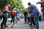 In Utrecht de introductiedagen, onder de noemer UIT, van start gegaan. Eerstejaars studenten maken onder begeleiding van ouderejaars kennis met elkaar en de stad waar ze gaan studeren<br /> <br /> In Utrecht new students meet each other and the city during the introduction week.