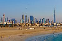 Emirats Arabes Unis, Dubai, quartier Jumeirah, la plage de Jumeirah et les tours de la ville // United Arab Emirates, Dubai, Jumeirah neighbourhood, Jumeirah beach and cityscape
