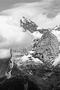 Schwarz-Weiss Foto von Eigerwestwand in die Wolken