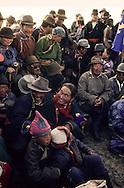 Mongolia  . Nangadel  area. Naadam of children  / Distribution de fromage frais et de fromage sec. (Nangadel, sum de Qudjirt, aymag de Ovorqangay : Mongolie) Le fromage frais biaslag et le fromage séché aaruul constitue des  - aliments blancs -  (tsagaan idée) très appréciés. Le premier, issu du lait caillé, est dégusté en tranche que l'on découpe au fur et à mesure. Le second, provient du fromage blanc caillé, qui est ensuite séché sur des plateaux de bois, à l'air libre sur le toit de la yourte. En se durcissant, il prend une couleur grisâtre. Ce sont des sortes de gourmandises qui seront ici distribuées aux enfants ayant participé aux courses de chevaux.