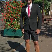 Maik de Boer in zijn rol als interviewer voor SBS bij de KNVB boot in zijn korte broek.