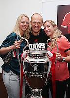 Fussball  DFB  POKAL  FINALE  SAISON  2012/2013     Champions Party des FC Bayern Muenchen nach dem Gewinn des DFB Pokal und Triple         02.06.2013 Gruppenbild mit CHL Pokal; Arjen Robben (Mitte) mit seiner Frau Bernardien (li) und Schwester Vivian