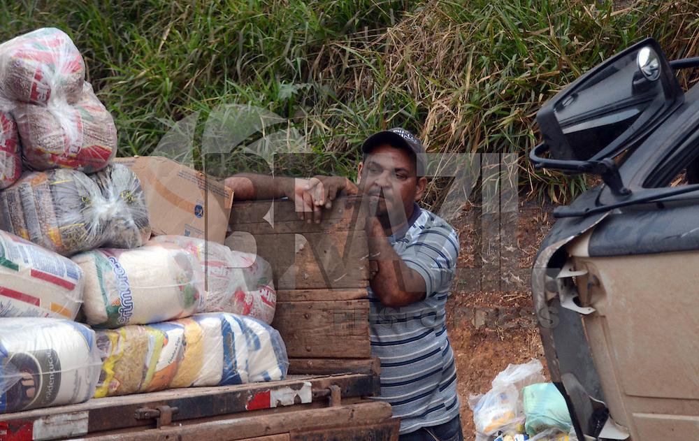 BRUMADINHO MG, 25 Julho 2013 - Um acidente com um caminhao carregado com cestas basicas que ia de BH a Pouso Alegre MG e perdeu o freio no trajeto, interrompu uma faixa da Rodovia Fernao Dias na altura do KM 526 na região de Brumadinho, MG nesta quinta  feira, 25.  Na foto o Motorista do Caminhao Reginaldo Gomes  (FOTO: ALAN MORICI / BRAZIL PHOTO PRESS).
