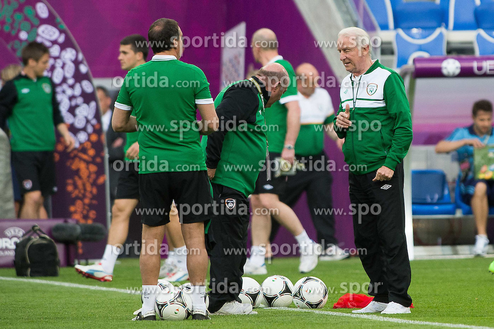 09.06.2012, Stadion Miejski, Poznan, POL, UEFA EURO 2012, Irland, Training, im Bild TRENER (COACH) GIOVANNI TRAPATTONI (P) // during the during EURO 2012 Trainingssession of Ireland Nationalteam, at the stadium Miejski, Poznan, Poland on 2012/06/09. EXPA Pictures © 2012, PhotoCredit: EXPA/ Newspix/ Jakub Kaczmarczyk..***** ATTENTION - for AUT, SLO, CRO, SRB, SUI and SWE only *****