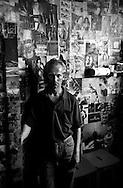 Roma Giugno 2000.Carcere di Rebibbia N.C..Detenuto  in una cella tappezzata di giornali..Rome June 2000.Prison Rebibbia N.C..Imprisoned in a cell carpeted newspapers.