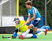 Amstelveen - Jord Beekmans met keeper Hugo van Reeken  tijdens de training van Pinoke Heren I, naar aanloop van de hoofklasse hockey competitie. COPYRIGHT KOEN SUYK