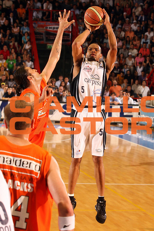 DESCRIZIONE : Pictures of the Week Lega A1 2005-06 Play Off Quarti Finale Gara 3 <br /> GIOCATORE : Morandais <br /> SQUADRA : Carpisa Napoli <br /> EVENTO : Campionato Lega A1 2005-2006 Play Off Quarti Finale Gara 3 <br /> GARA : Carpisa Napoli Snaidero Udine <br /> DATA : 24/05/2006 <br /> CATEGORIA : Tiro <br /> SPORT : Pallacanestro <br /> AUTORE : Agenzia Ciamillo-Castoria/G.Ciamillo <br /> Galleria : Pictures of the Week 2005-2006 <br /> Fotonotizia : Pictures of the Week Campionato Italiano Lega A1 2005-2006 Play Off Quarti Finale Gara 3 <br /> Predefinita :