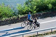 Fahrradfahrer auf Radweg am Rhein, Paar, Oberes Mittelrheintal, Deutschland | cyclist couple near Rhine, Upper Middle Rhine Valley, Germany