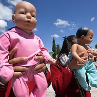 TOLUCA, México.- (Septiembre 26, 2018).- En el marco del Día Mundial para la Prevención del Embarazo No Planificado en Adolescentes estudiantes de secundaria participaron en el Talle de Prevención del Embarazo en Adolescentes impartido por el Consejo Estatal de la Mujer y Bienestar Social, con una duración de  tres horas que busca concientizar a los adolescentes con bebés virtuales sobre los cuidados y responsabilidades que representa tener un hijo. Agencia MVT / Crisanta Espinosa.