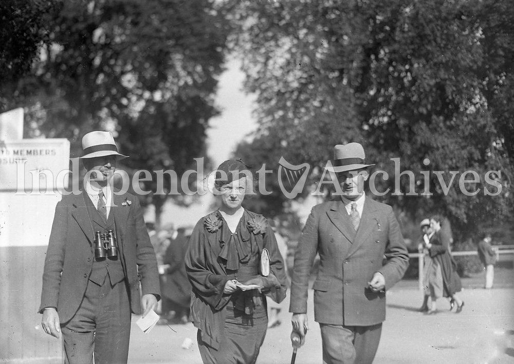 Two men and a woman looking stylish while at the races, names, date and location unkonwn. <br /> (Part of the Independent Newspapers Ireland/NLI collection.)