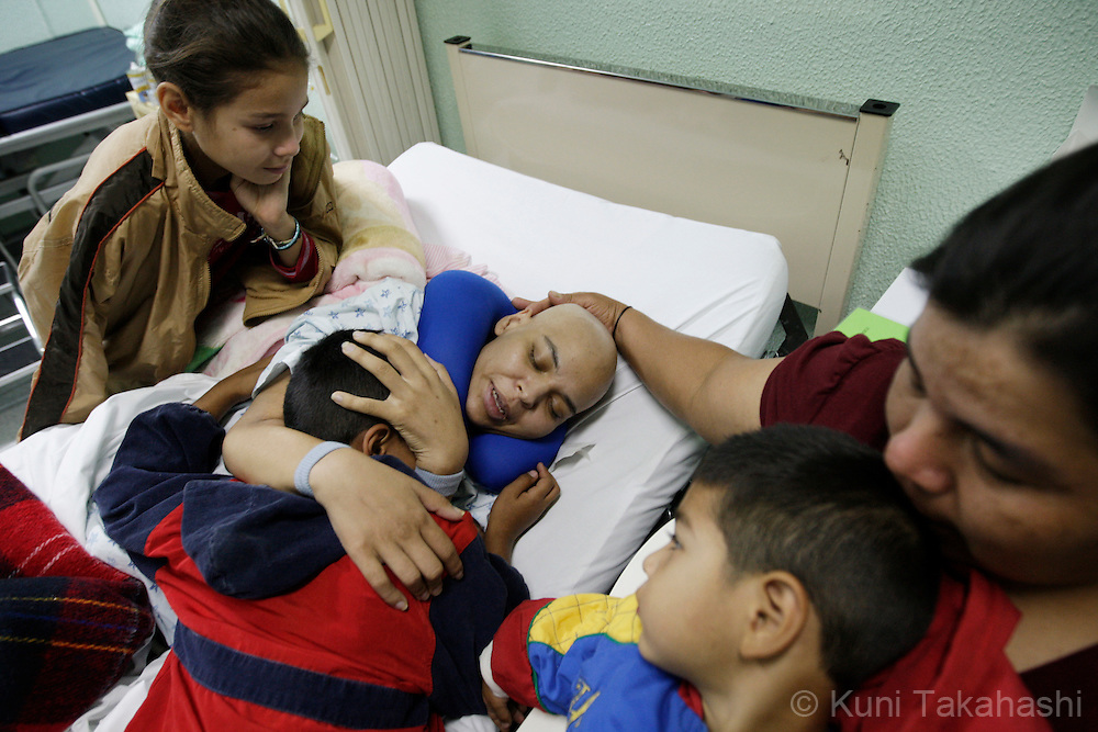 Mariana de la Torre, 29, is surrounded by her children Andrea, 11, left, Rodrigo, 8, center and Diego, 3, and her aunt Paula Landeros at Centro Estatal de Oncologia (Oncology hospital) in Morelia, Mexico on Feb 23, 2009. (Photo by Kuni Takahashi)