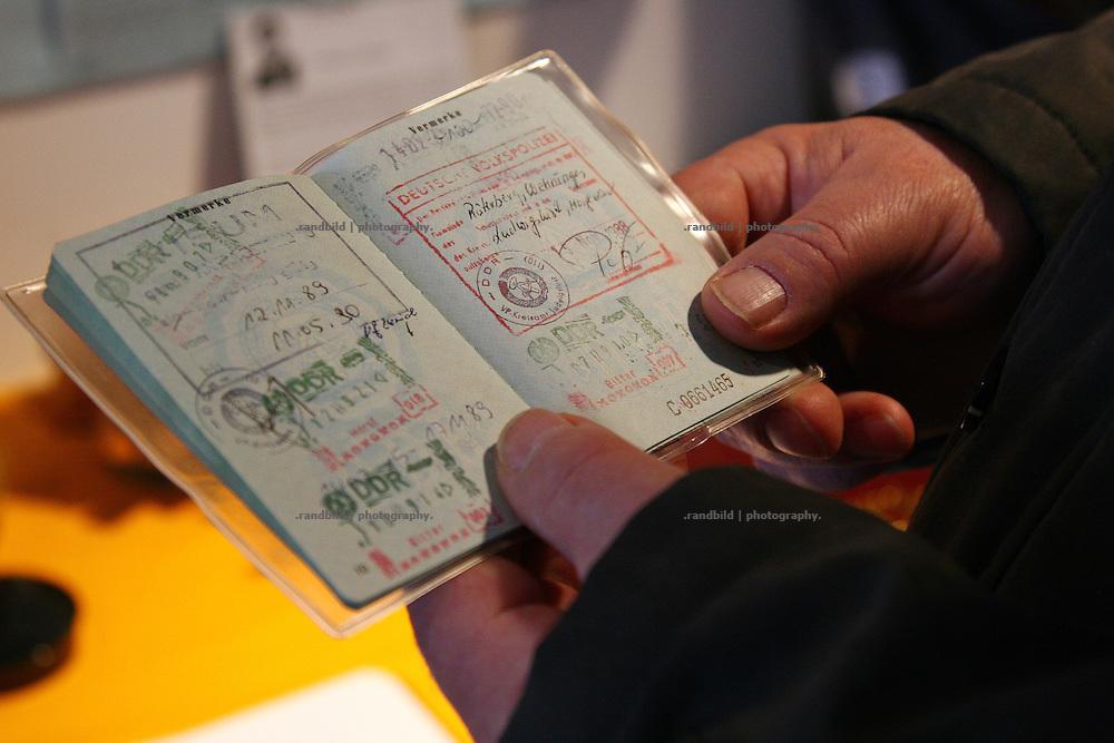 """Der ehemalige Bürgermeister Meinhard Schmechel hält sienen alten Personalausweis in der Hand. Darin zu sehen der Sonderstempel der Volkspolizei. Nur damit konnte der komplett abgeschottete Ort Rüterberg zu DDR-Zeiten betreten werden. Aufgrund dieser Abschottung etablierte sich die Bezeichnung """"Dorfrepblik"""" für den kleinen Ort bei Dömitz (Mecklemburg-Vorpommern)."""