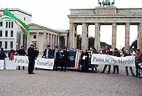 """Berlin februar 2012.<br /> Demonstranter i Berlin ved Branderburger Tor viser frem plakater med teksten """"Putin ist ein Mörder"""" og """"Putin ist ein Terroristt"""".<br /> Foto: Svein Ove Ekornesvåg"""