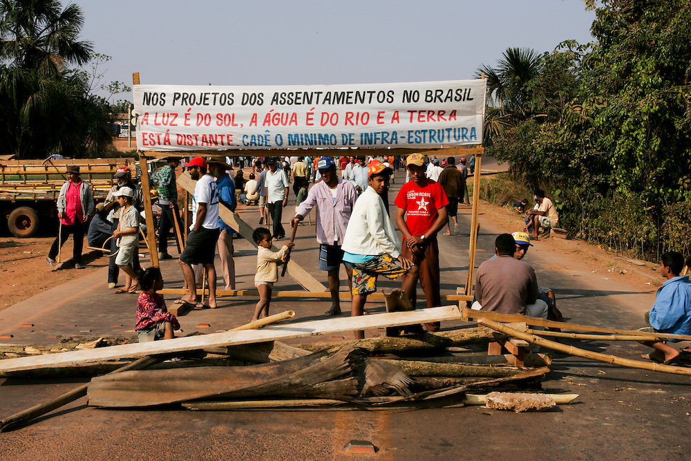 11/08/05,  Sem Terra workers blocking the BR-163 north of Sinop, Mato Grosso State, Brazil. ©Daniel Beltra