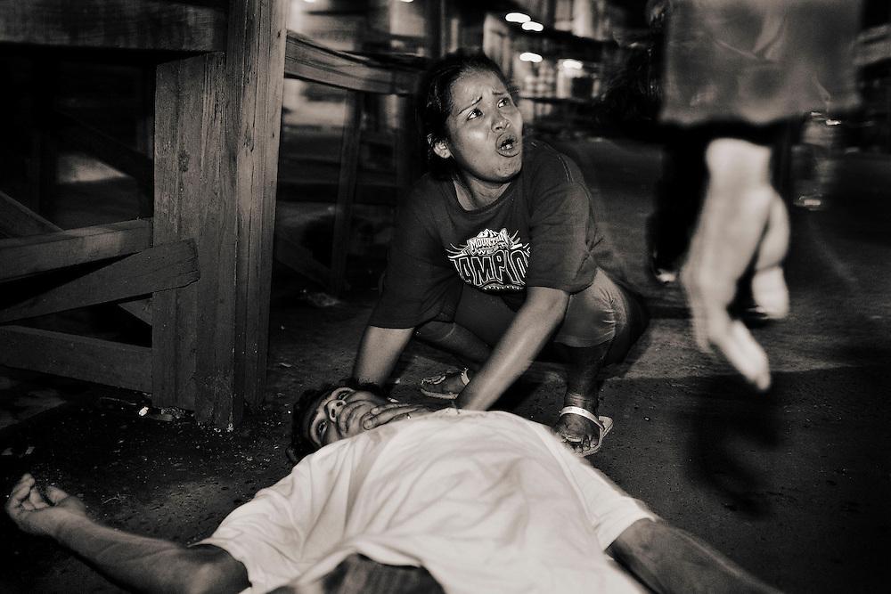 Assault at Hotel Richard seventh avenue in comayag&uuml;ela woman cries mary rina monzon disconsolate over the body of Renaldo Palma allegedly killed in a discussion.<br /> AGRESION EN EL HOTEL RICHARD DE LA SEPTIMA AVENIDA EN COMAYAGUELA, LA MUJER MARIA RINA MONZON LLORA DESCONSOLADA ANTE EL CADAVER DE RENALDO PALMA MUERTO PRESUNTAMENTE EN UNA DISCUSION.