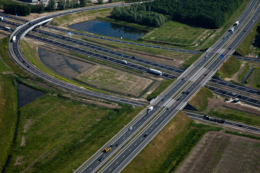 Nederland, Utrecht, Vianen, 23-06-2010; knooppunt Everdingen, kruisende rijbanen van de A27 en de A2..Junction Everdingen, intersecting carriageways of the A27 and A2..luchtfoto (toeslag), aerial photo (additional fee required).foto/photo Siebe Swart
