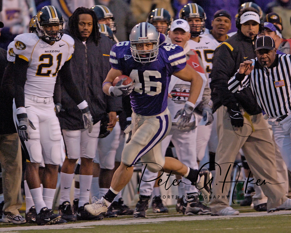 Kansas State linebacker Brandon Archer (C) races down the Missouri sideline, after intercepting Missouri's Brad Smith, for a 45-yard touchdown late in the fourth quarter at Bill Snyder Family Stadium in Manhattan, Kansas, November 19, 2005.  K-State defeated the Missouri Tigers 36-28.