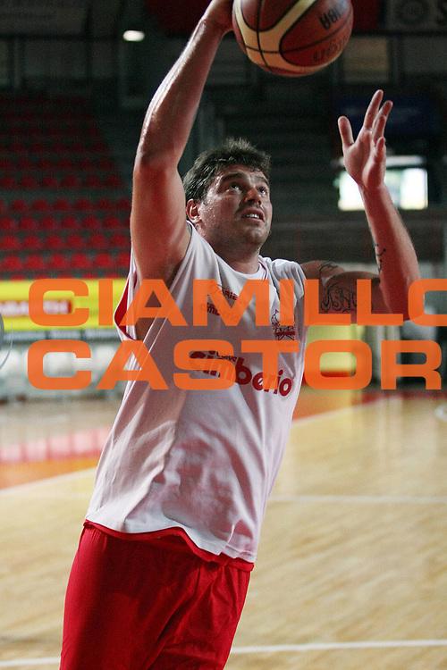 DESCRIZIONE : Varese Lega A 2009-10 Basket Cimberio Varese Raduno e primi allenamenti<br /> GIOCATORE : Simone Cotani<br /> SQUADRA : Cimberio Varese<br /> EVENTO : Campionato Lega A 2009-2010 <br /> GARA : <br /> DATA : 26/08/2009<br /> CATEGORIA : Tiro  <br /> SPORT : Pallacanestro <br /> AUTORE : Agenzia Ciamillo-Castoria/G.Cottini<br /> Galleria : Lega Basket A 2009-2010 <br /> Fotonotizia : Varese Lega A 2009-10 Basket Cimberio Varese Raduno e primi allenamenti<br /> Predefinita :