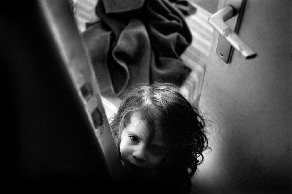 Paris, 1998. Les perspectives. Sa nouvelle stabilite materielle et financiere permet à Nathalie de se reconstruire. Plus confiante, elle reprend contact avec ses fils places en famille d'accueil. Leila va avoir 3 ans.