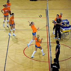 10-05-2011 VOLLEYBAL: TRAINING ORANJE VOLLEYBALVROUWEN: ALMERE<br /> De volleybalsters bereiden zich in Almere voor op nieuwe seizoen / Quinta Steenbergen<br /> ©2011-FotoHoogendoorn.nl