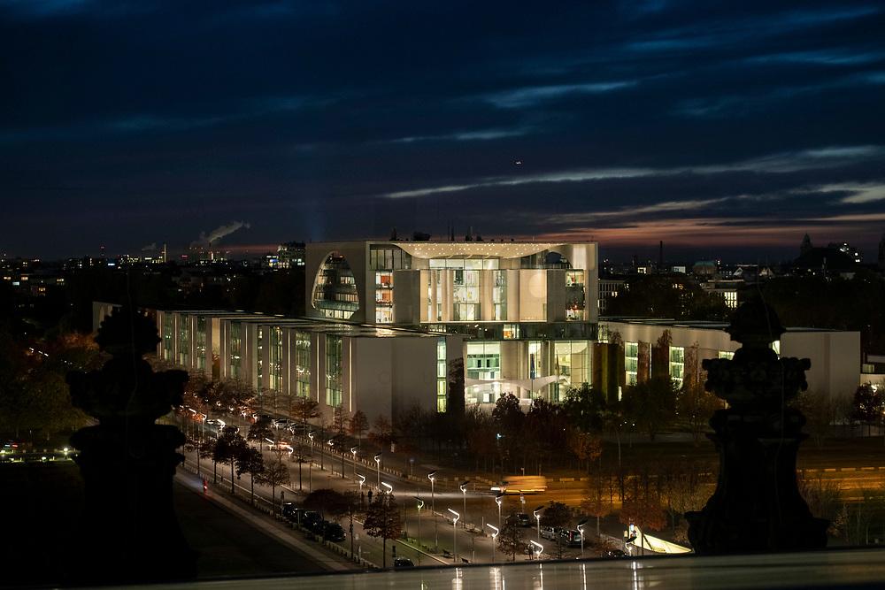 31 OCT 2018, BERLIN/GERMANY:<br /> Nachtaufnahme Bundeskanzleramt, vom Dach des Reichstagsgebaeudes aus gesehen<br /> IMAGE: 20181031-03-001