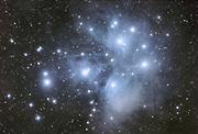 Die Entfernung dieses Sternhaufens wird mit etwa 440 Lichtjahren angegeben. Etwa 500 Sterne gehoeren zu dem offenen Sternhaufen. Auffaellig sind die blauen Reflexionsnebel. Diese werden sichbar, da Ihr Staub von den hellen Plejadensternen reflektiert wird. Die Plejaden sind zudem in eine riesigen Staubwolke eingebettet, welche an den Bildraendern am besten sichtbar wird. Aufnahmedaten: Optik: Takahashi FS102 NSV f/6 - Kamera: Canon EOS 20Da - Frames: 25 x 600 s @ 800ASA - Software: ImagesPlus, PS, Neat Image