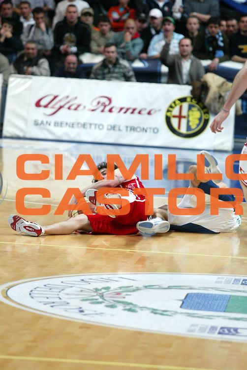 DESCRIZIONE : Milano Lega A1 2005-06 Roseto Basket Armani Jeans Milano <br /> GIOCATORE : Calabria <br /> SQUADRA : Armani Jeans Milano <br /> EVENTO : Campionato Lega A1 2005-2006 <br /> GARA : Roseto Basket Armani Jeans Milano <br /> DATA : 26/02/2006 <br /> CATEGORIA : Curoisita <br /> SPORT : Pallacanestro <br /> AUTORE : Agenzia Ciamillo-Castoria/G.Ciamillo