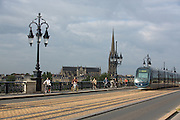 Scène de vie sur le pont de pierre et derrière la basilique Saint Michel de Bordeaux // Scène of life on pont de pierre with Saint-Michel church on background