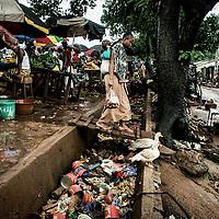 23/07/2014. Conakry. Guinée Conakry.  Vue du marché dans le bidonville de Coronthie. La ville ne possède pas un système efficace de collecte de déchets qui s'accumulent dans les rues. ©Sylvain Cherkaoui/Cosmos pour M le magazine du Monde