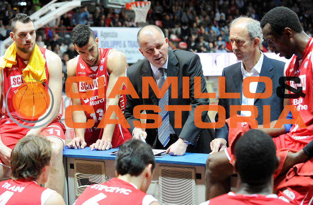 DESCRIZIONE : Varese Lega A 2012-13 Cimberio Varese Scavolini Banca Marche Pesaro<br /> GIOCATORE : Coach Zare Markovski<br /> SQUADRA : Scavolini Banca Marche Pesaro<br /> EVENTO : Campionato Lega A 2012-2013<br /> GARA :  Cimberio Varese Scavolini Banca Marche Pesaro<br /> DATA : 28/04/2013<br /> CATEGORIA : Coach Fair Play TimeOut<br /> SPORT : Pallacanestro<br /> AUTORE : Agenzia Ciamillo-Castoria/A.Giberti<br /> Galleria : Lega Basket A 2012-2013<br /> Fotonotizia : Varese Lega A 2012-13 Cimberio Varese Scavolini Banca Marche Pesaro<br /> Predefinita :